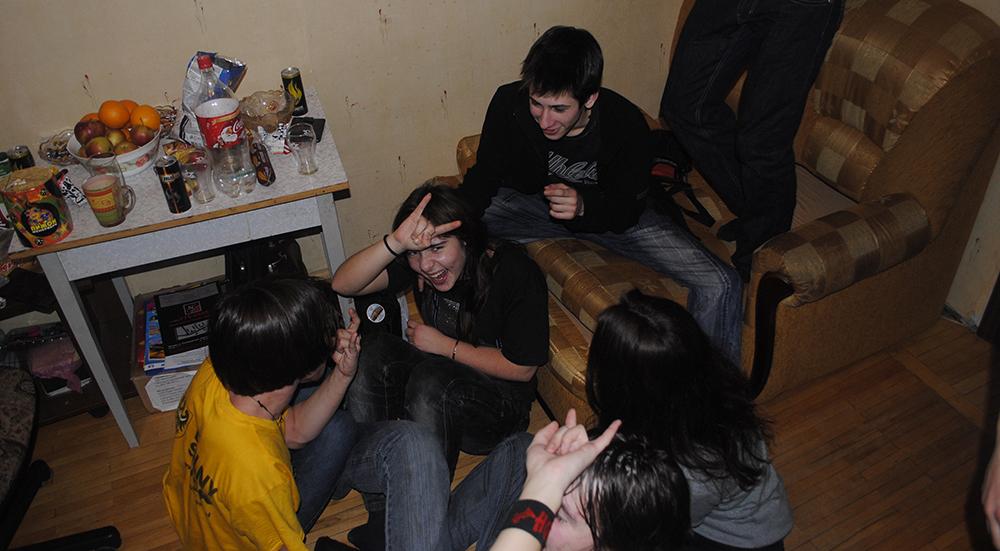 Часто подростки собираются у кого-то дома, чтобы не попасться полиции при употреблении наркотиков