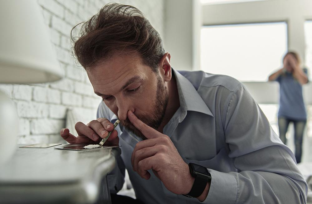 Зависимость от соли у мужа - на последней стадии употребление происходит даже дома